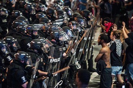 美国北卡州夏洛特市持续两天的暴力抗议引发血案。北卡州州长已宣布,该市进入紧急状态。(Sean Rayford/Getty Images)