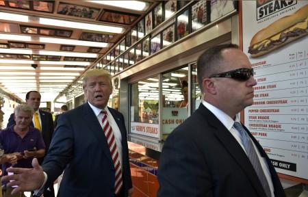 9月22日川普在特工(右)陪同下,在费城短暂停留。(MANDEL NGAN/AFP/Getty Images)