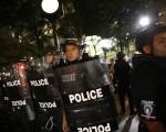 2016年9月22日,美國北卡羅來納州夏洛特市進入緊急狀態後的第一天,示威民眾白天持續在商業區進行和平遊行,但在晚間失控占據州際公路並與警方對峙,直到被警方投擲瓦斯彈後潰散撤出公路。(Brian Blanco/Getty Images)