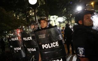 美夏洛特示威者占据公路 警方掷瓦斯弹驱离