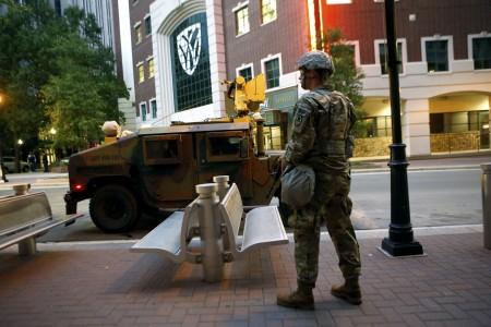 2016年9月22日,美国北卡罗来纳州州长宣布夏洛特市进入紧急状态一天后,国民卫队与军方装甲车进驻洛特市,执行保护民众财产与维安任务。(Brian Blanco/Getty Images)