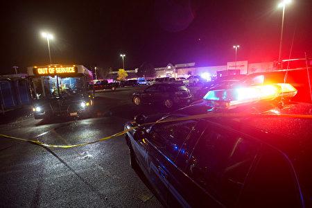 周五晚美国华盛顿州一商场发生枪击案,5人身亡,枪手在24小时后被捕。 (Karen Ducey/Getty Images)