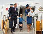 威廉與凱特夫婦帶著3歲的喬治王子與1歲的夏綠蒂公主,抵達加拿大訪問。(Dominic Lipinski-Pool/Getty Images)
