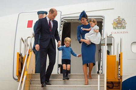 威廉与凯特夫妇带着3岁的乔治王子与1岁的夏绿蒂公主,抵达加拿大访问。(Dominic Lipinski-Pool/Getty Images)