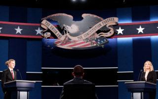 9月25日纽约,工作人员在准备美国大选电视辩论会现场。 (Drew Angerer/Getty Images)