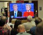 2016年9月26日晚,美国两党总统候选人川普和希拉里进行首场总统电视辩论会,吸引上亿观众收看。图为爱荷华州川普的支持者在竞选总部观看电视辩论会。(Steve Pope/Getty Images)