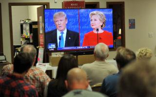 2016年9月26日晚,美國兩黨總統候選人川普和希拉里進行首場總統電視辯論會,吸引上億觀眾收看。圖為愛荷華州川普的支持者在競選總部觀看電視辯論會。(Steve Pope/Getty Images)