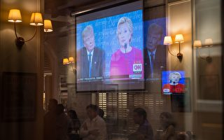"""虽然北京限制大陆主流媒体播放首场电视辩论,并且透过""""长城防火墙""""封锁部分网站,但中国网民仍有办法看到这场大陆所没有的总统候选人辩论。(ANTHONY WALLACE/AFP/Getty Images)"""