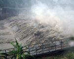 台风梅姬挟带狂风暴雨来袭,台湾各地陆续传出灾情,累积停电户数超过331万户,创下历来台风停电灾情第2高纪录。(SAM YEH/AFP/Getty Images)