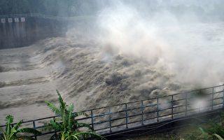 颱風梅姬挾帶狂風暴雨來襲,臺灣各地陸續傳出災情,累積停電戶數超過331萬戶,創下歷來颱風停電災情第2高紀錄。(SAM YEH/AFP/Getty Images)