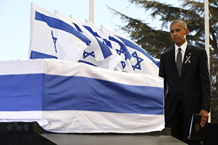 US President Barack Obama touches the coffin of former Israeli president and prime minister Shimon Peres after speaking during his funeral at Jerusalem's Mount Herzl national cemetery on September 30, 2016. / AFP / POOL / ABIR SULTAN (Photo credit should read ABIR SULTAN/AFP/Getty Images)