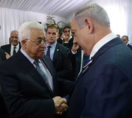 9月30日佩雷斯的葬礼上,巴以领导人握手寒暄。 ( Amos Ben Gershom/GPO via Getty Images)