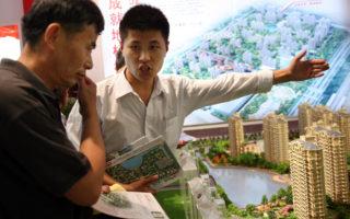 根據蘇格蘭皇家銀行首席中國經濟學家胡志鹏的分析,中國大城市失控的房地產熱潮將推動投資者到海外尋找便宜的替代品,促使資金流出中國,從而給人民幣施加下行性壓力。(China Photos/Getty Images)