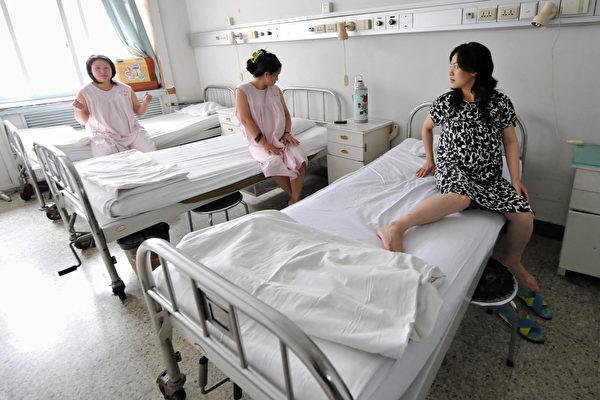 中共国家卫生计生委副主任马晓伟本周说,今年上半年中国产妇死亡率飙升三分之一。这个大幅攀升的数字令人忧虑,但是他列举的数据前后矛盾,引发人们质疑。 (FREDERIC J. BROWN/AFP/Getty Images)