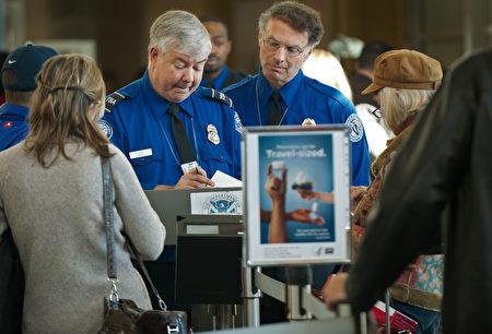 华盛顿特区里根国家机场的美国交通管理局官员正在检查旅客的私人证件信息。(PAUL J. RICHARDS/AFP/Getty Images)