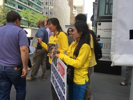 9月21日曼哈顿街头的法轮功学员(施萍/大纪元)