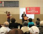 加州32選區參議員托尼·門多薩(Tony Mendoza)15日在哈崗老人活動中心與蓍英慶中秋,提供了表演節目與月餅。(袁玫/大紀元)