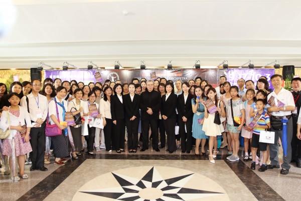 神韵交响乐团中坜首演后的签名会,5位神韵音乐家现身为乐迷们签名,会后音乐家们与乐迷合照。(林仕杰/大纪元)