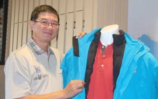 張慶鐘把羽絨外套當作夾克賣,希望普羅大眾通通穿得起。(賴友容/大紀元)