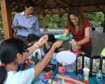 图:桥水明慧学校老师教小朋友们做手工龙。( 李荔/大纪元)