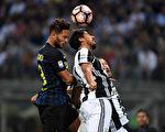 国际米兰2-1击败卫冕冠军尤文图斯队,取得联赛二连胜。图为双方拼抢瞬间。(MARCO BERTORELLO/AFP/Getty Images)