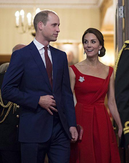 T凱特王妃週一(26日)晚間亮相卑詩省總督府,一襲紅裙、華麗的髮髻,紅色高跟鞋,深紅色clutch手拎包,英國女王伊麗莎白二世的鑽石楓葉胸針在紅裙右上方熠熠生輝。(加通社)