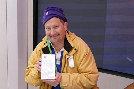 第一位入店的是从凌晨3:30左右开始在Telstra门口守候的Adam North,他兴奋地签走了一款iPnone 7 plus手机。(安平雅/大纪元)