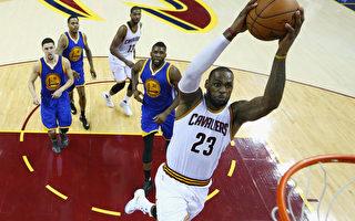 克里夫兰骑士队球星勒布朗‧詹姆斯扣篮瞬间。 (Ronald Martinez/Getty Images)