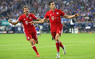 拜仁前锋莱万(右)和穆勒庆祝进球,波兰国脚两轮比赛已打进4球,在德甲金靴大战中占的先机。(Alex Grimm/Bongarts/Getty Images)