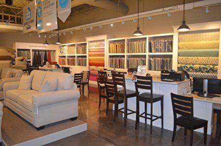 在巴赛特家具店里有各种布面、花色、皮革供选择,还有设计咨询。(余丽丽/大纪元)