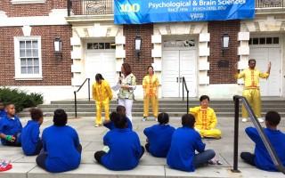 法轮功学员应邀在舞台上演示了法轮功五套功法,民众登台学炼。(大纪元)