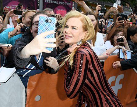 奥斯卡影后妮可.基嫚(Nicole Kidman)于9月10日在多伦多和影迷们合影。她的新片《狮子》(Lion)在当天首映。(TIFF提供)
