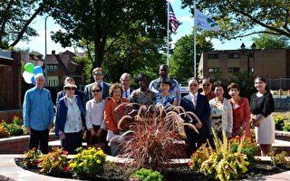PASSi创办人兼执行主任崔英佳(前排左五)、费城女市议员Cherelle Parker(前排左四)、宾州老人部PACE项目主任Tom Sneddon(后排左四),以及部分嘉宾和PASSi董事会成员在康复花园合影。(良克霖/大纪元)