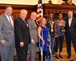 费城市长肯尼(右一)褒奖在里约奥运会上取得好成绩的费城田径运动员Nia Ali(女子100米跨栏银牌,右三)和Ajee Wilson(右二)。图中左一为Comcast公司资深副总裁David Cohen,左四为市府代表Sheila Hess。(凌浩/大纪元)