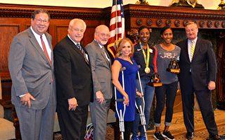費城市長肯尼(右一)褒獎在里約奧運會上取得好成績的費城田徑運動員Nia Ali(女子100米跨欄銀牌,右三)和Ajee Wilson(右二)。圖中左一為Comcast公司資深副總裁David Cohen,左四為市府代表Sheila Hess。(凌浩/大紀元)