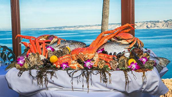 加州以出产各类海鲜而闻名。图为位于La Jolla的著名海鲜餐厅Crab Catcher的特色海鲜拼盘。(Courtesy of Crab Catcher)