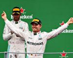 F1意大利站,梅赛德斯车队罗斯伯格(前)力压队友汉密尔顿,首次在蒙扎夺冠。 (Charles Coates/Getty Images)