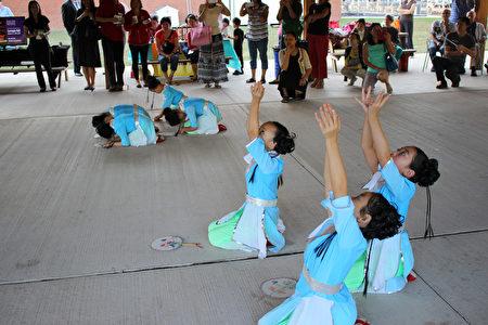 孩子们表演舞蹈。( 李荔/大纪元)