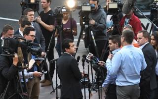 澳洲工黨參議員鄧森捲入醜聞被曝光後接受媒體採訪。 (WILLIAM WEST/AFP/Getty Images)