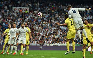 队长拉莫斯(4号)将功补过,头球破门,助皇马逼平比分。 (GERARD JULIEN/AFP/Getty Images)