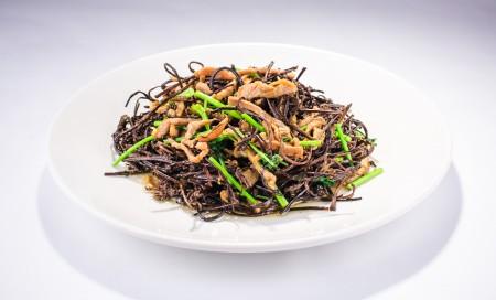 """崂山拳头菜,是长在崂山的珍品,""""青岛家人""""的拳头菜是从山东青岛空运过来的。(Bill Xie/大纪元)"""