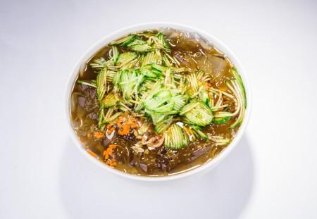 海凉粉是由海里的石花菜制成,需反复清洗、暴晒,去除杂质腥味之后,熬制、冷却而成。(Bill Xie/大纪元)