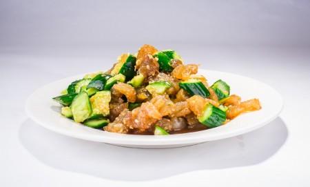 """良好的海蜇头呈黄色或棕黄,有光泽,肉质坚实、韧性。""""黄瓜拌海蜇头""""是青岛家家都会做的家常小菜。(Bill Xie/大纪元)"""