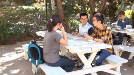 新生入学日有不少中国留学生。(薛文/大纪元)