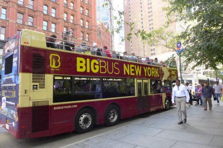 """双层观光巴士体积大、动作慢,237辆在曼哈顿闹市区穿梭,给曼哈顿本已拥挤的交通""""添堵"""",还造成更多空气污染。 (蔡溶/大纪元)"""