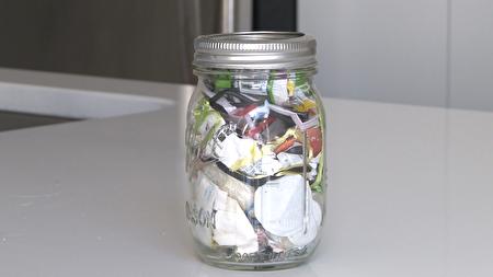 劳伦在过去的4年,只制造了这么一瓶垃圾。