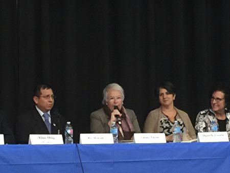 教育总监法瑞纳(左二)出席第26学区教育里民大会。 (林丹/大纪元)