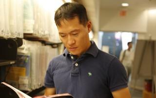原广州教师余春光2016年8月在法拉盛图书馆里。 (施萍/大纪元)