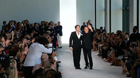 设计师MICHAEL KORS(右)与歌手洛福斯·温莱特一同谢幕。