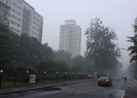 北京於24日出現嚴重霧霾,部分地方能見度不足1公里。(網絡圖片)